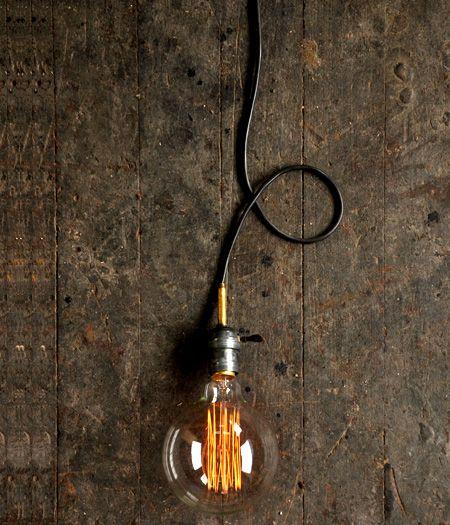 Remetendo à iluminação do início do século XX, essa lâmpada é perfeita para qualquer decoração vintage ou contemporânea, acompanhando a tendência do mobiliário industrial. Facilmente reconhecida por seu design retrô, com filamentos de metal aparentes e característicos da invenção de Tomas Edison, primeiro sistema de iluminação elétrica criado.    www.desmobilia.com.br
