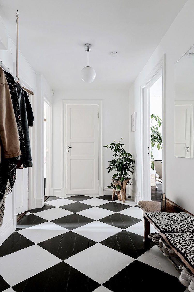 free un carrelage en damier noir et blanc dans luentre with lino noir et blanc damier. Black Bedroom Furniture Sets. Home Design Ideas
