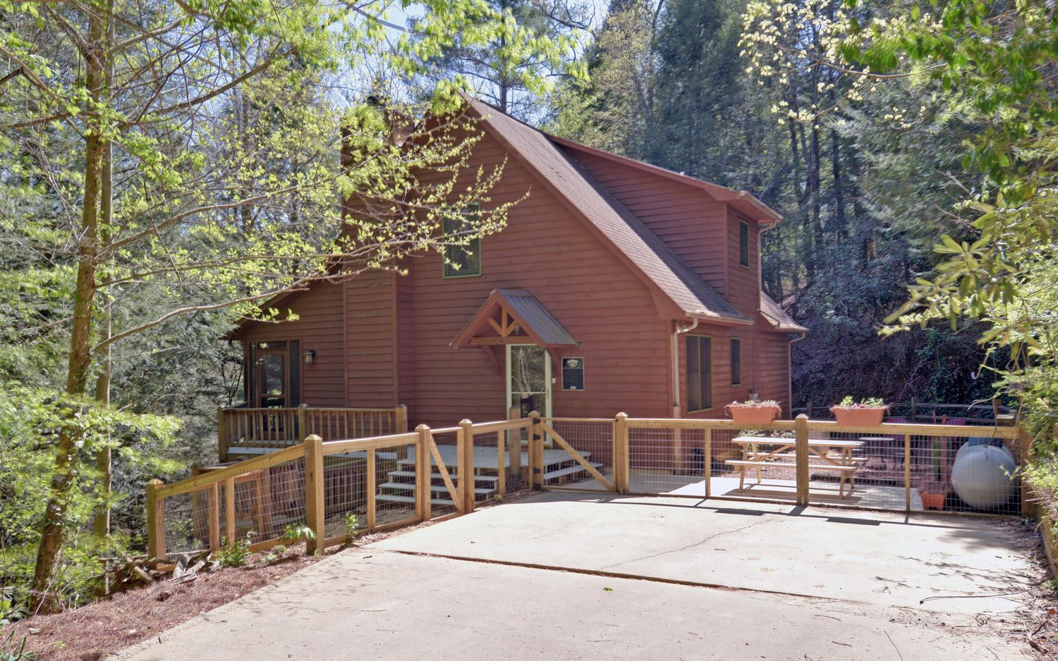 Secluded and a fenced yard Cabin, Cabins in north
