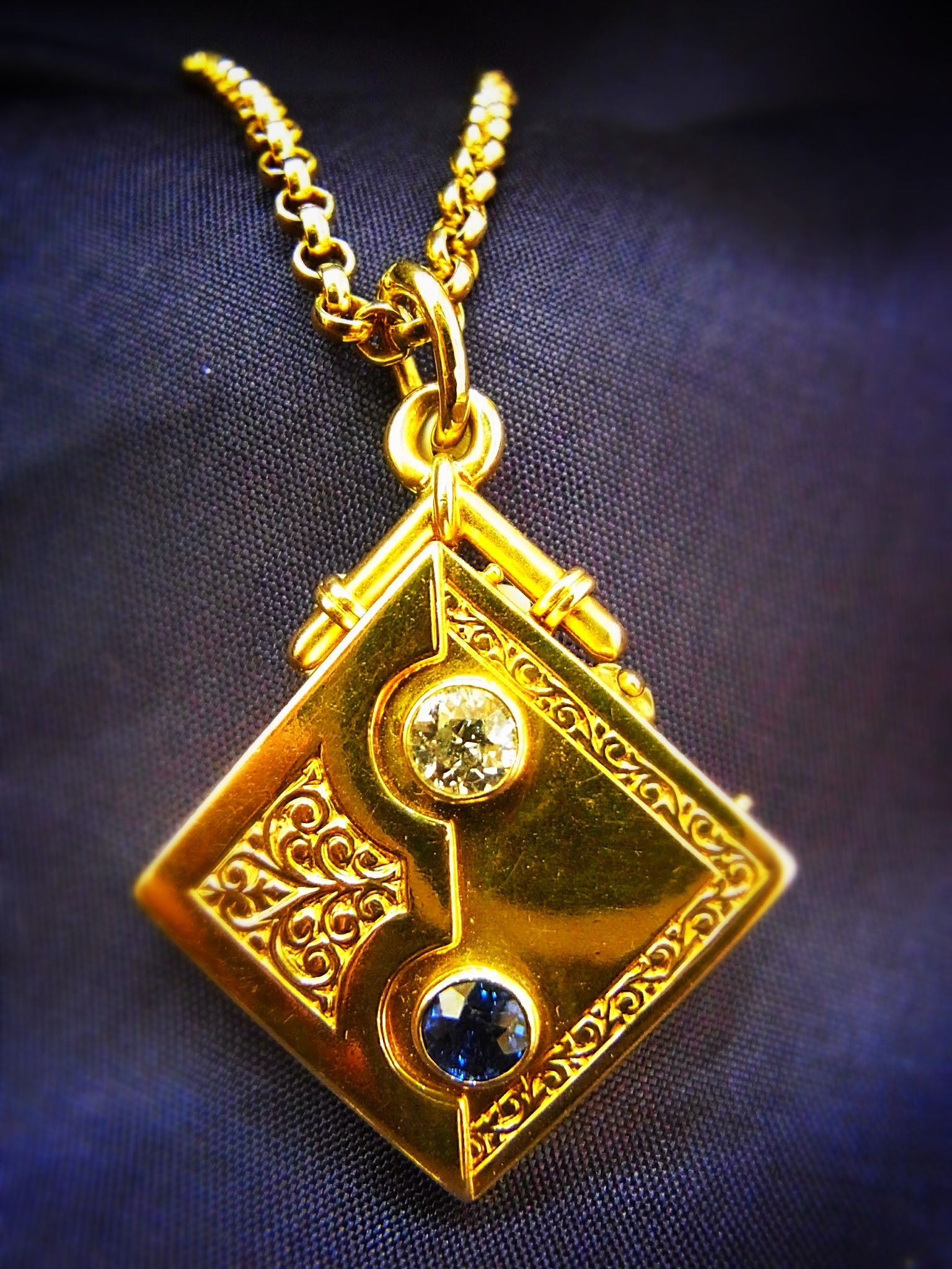 - Antikes Medallion aus 750 Gold - mit Altschliff Diamanten 0,35ct TCR-SI - Safir - Gewicht 13,52 Gr. - ca.27,74mm * 40,26mm mit Öse