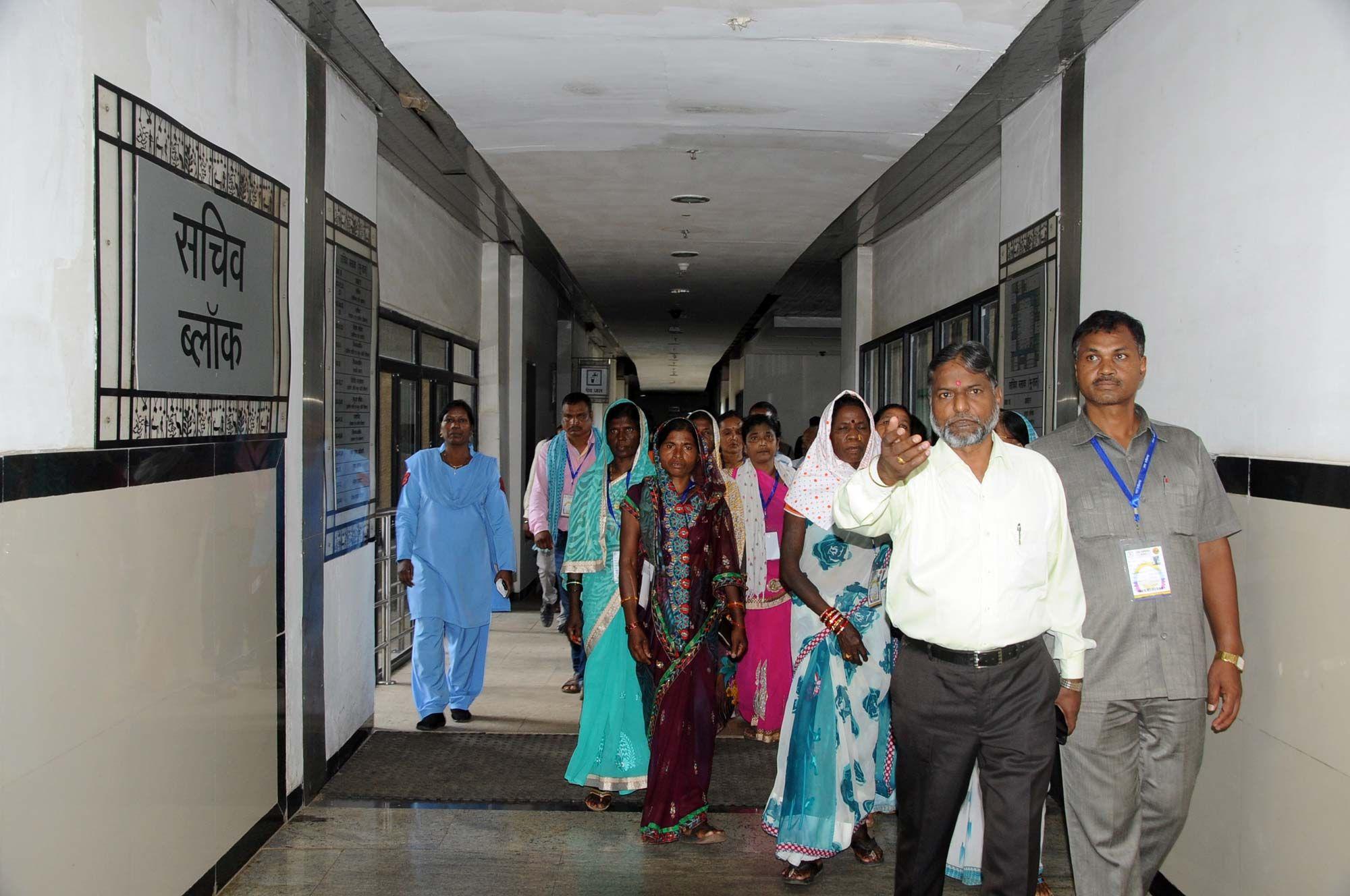 जशपुर, मुंगेली, बिलासपुर, गरियाबंद, कोरबा जिले के किसानों के प्रतिनिधि यानि सहकारी समिति के सदस्यों ने नया रायपुर स्थित मंत्रालय भवन का अवलोकन किया. प्रशासनिक एवं सचिव ब्लाक का दौरा करते हुए यहाँ की व्यवस्थाओं के बारे में जाना. मंत्रालय के रजिस्ट्रार श्री भगवान सिंह कुशवाहा ने उन्हें मंत्रालय के कामकाज की जानकारी दी. आधुनिक जिम में व्यायाम के उपकरणों ने उन्हें बेहद लुभाया. प्रतिनिधियों ने साइकिलिंग, ट्रेड मिल, डम्बल्स आदि पर जोर आजमाइश की.