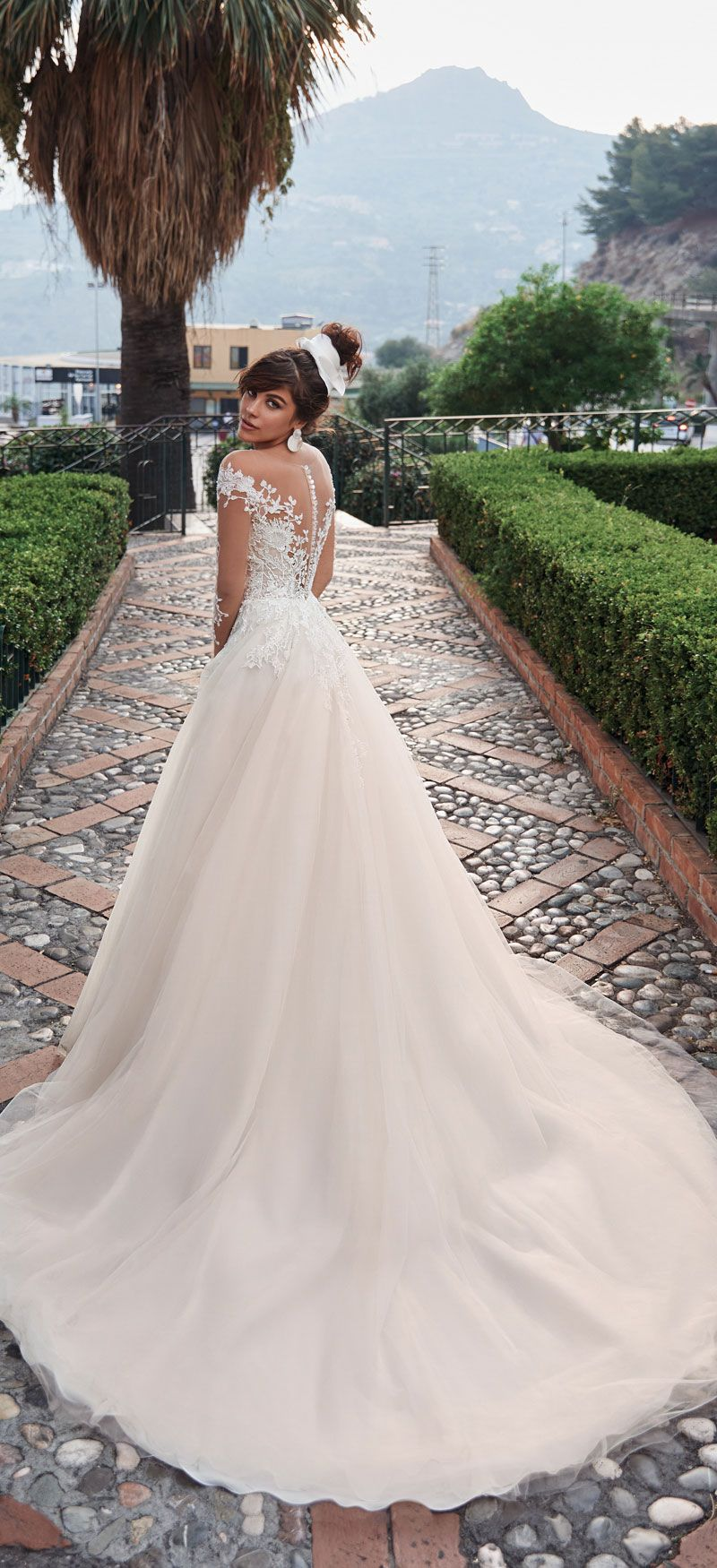 Jaw-dropping long sleeve wedding dresses
