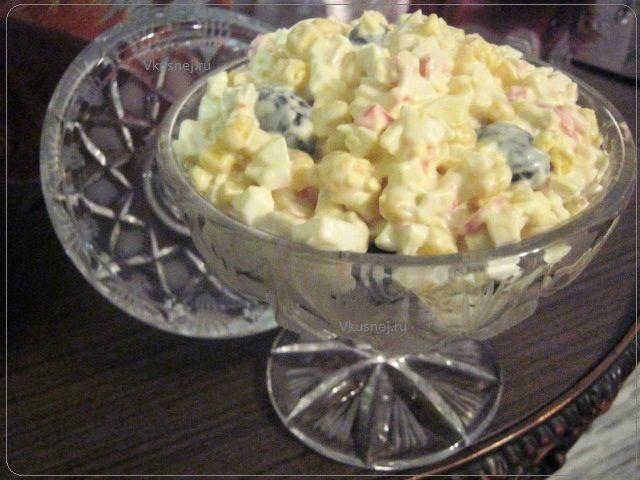 Крабовый салат с изюминкой | Простые рецепты, Кулинария ...