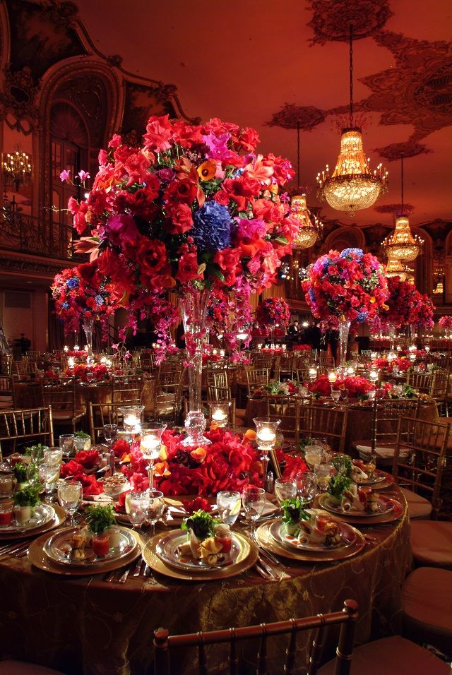 ► Un montón de flores en una recepción. #floresparabodas