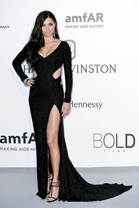 Huippumalli Adriana Lima oli pukeutunut dramaattiseen mustaan pukuun.