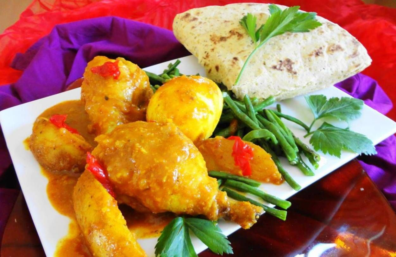 Roti Kip Kluifjes (drumsticks met kousenband, aardappel en  ei  op masala saus)