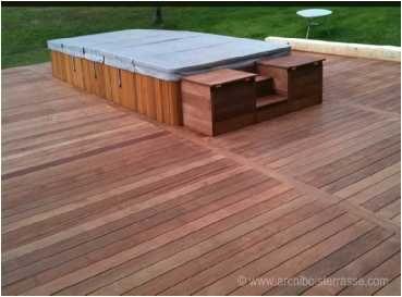 spa d 39 ext rieur pos sur une terrasse en bois exotique. Black Bedroom Furniture Sets. Home Design Ideas