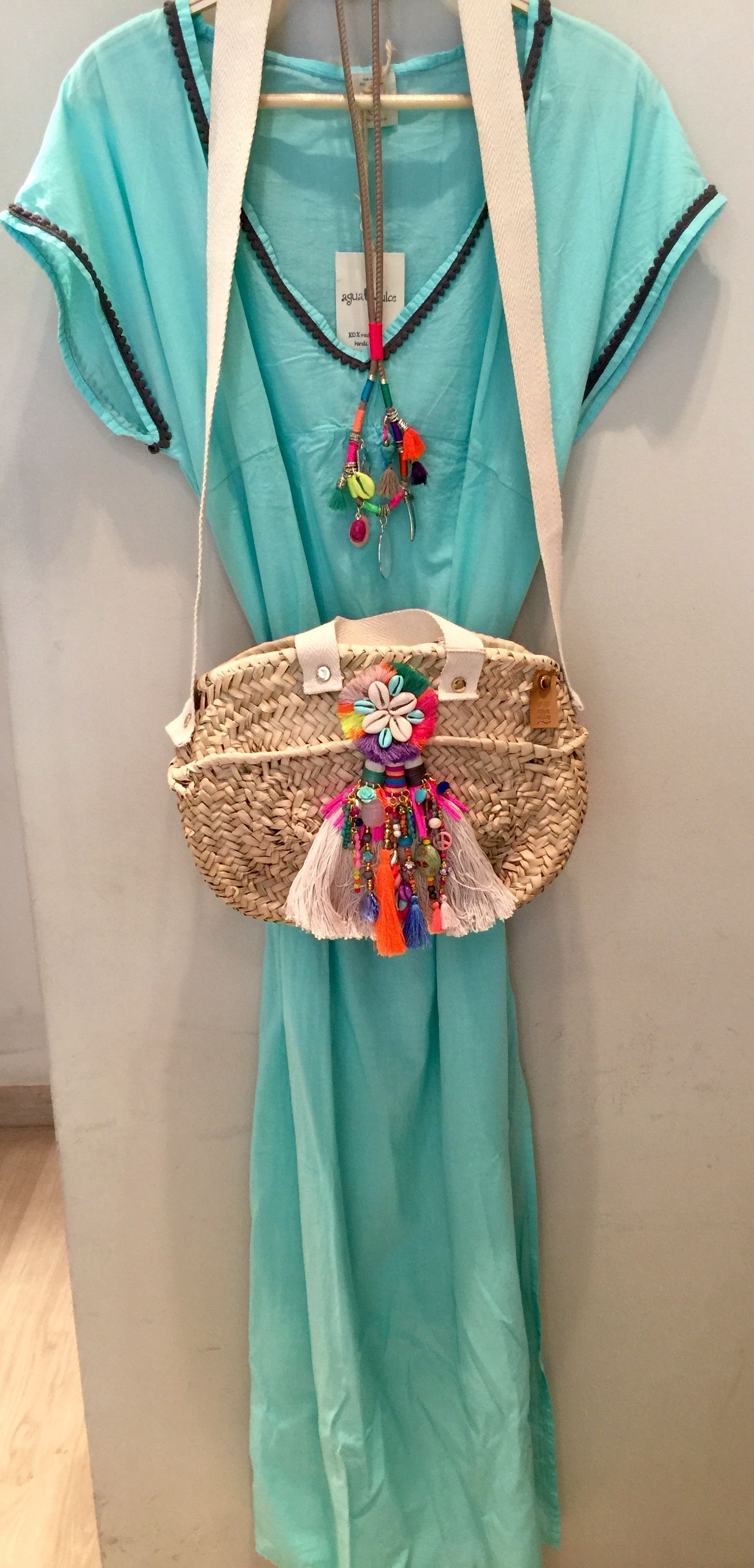 Qué te parece este outfit de Agua Dulce? Kaftan, collar y bolso para ...