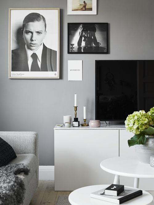 Tv bänken består av tre köksskåp och en bänkskiva från Ikea Ljusstakarna på bänkenär
