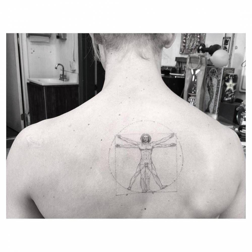 Single Needle Vitruvian Man Tattoo On The Upper Back Artista Tatuador Dr Woo Tatuaje Hombre De Vitruvio Tatuajes Espalda Hombre Tatuajes Para Hombres