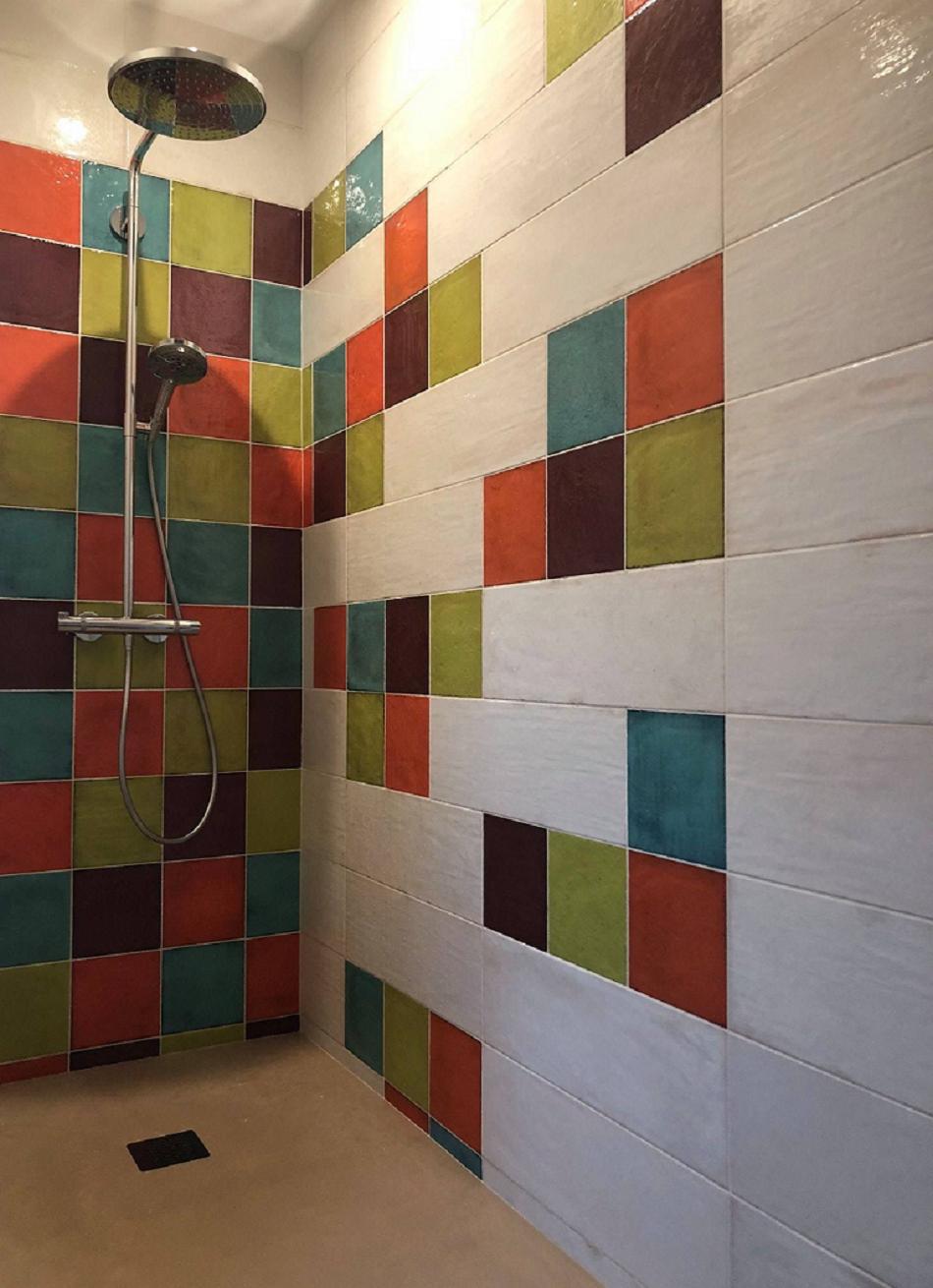 salle de bain aux couleurs vives