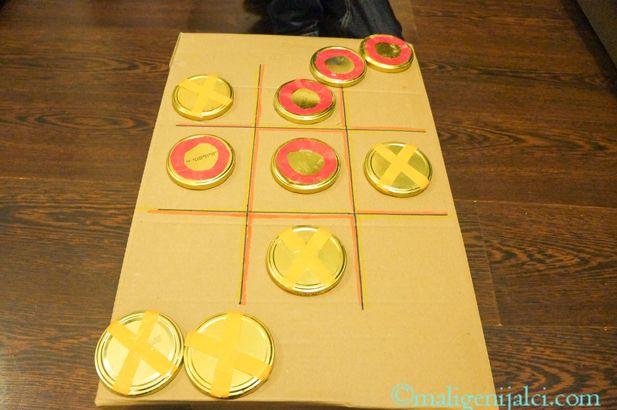 Križić-kružić je logička igrica koja je zabavljala generacije djece. I pored raznovrsne suvremene tehnologije, naučite i Vi svoje dijete kako da ju igra.