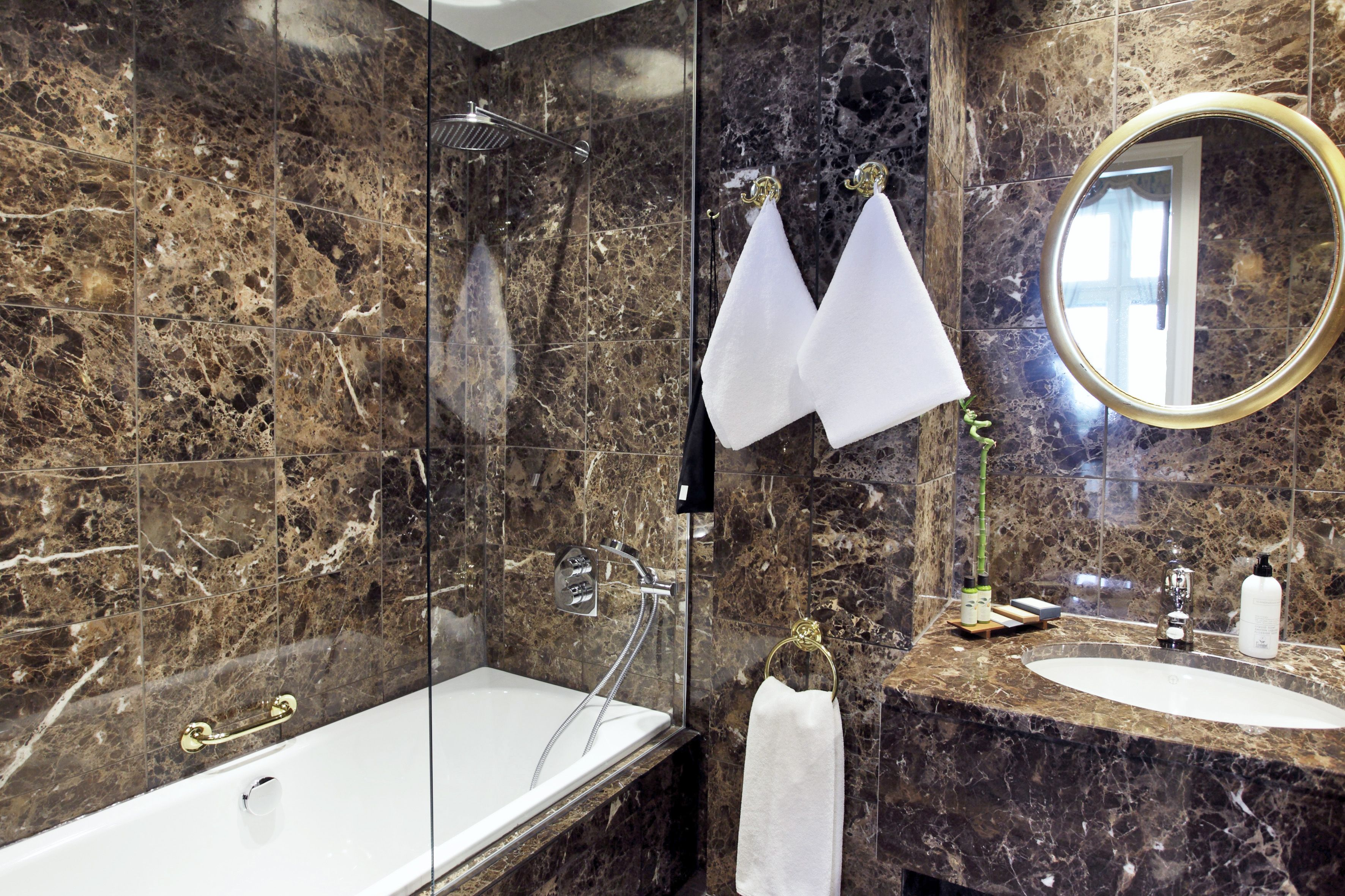 Haikon Kartanon kylpyhuone. Laatat ABL-Laatat. #kylpyhuone #kiviseinä #abl #abllaatat #ruskea