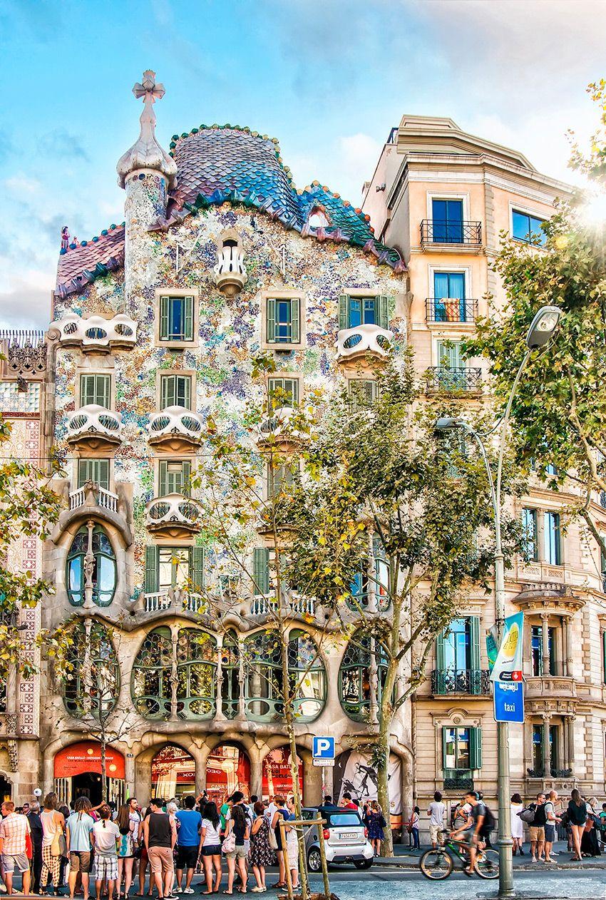 10 Sitios Imprescindibles En Barcelona Que No Te Puedes Perder Sant Jordi Barcelona Leyenda De Sant Jordi Antonio Gaudi