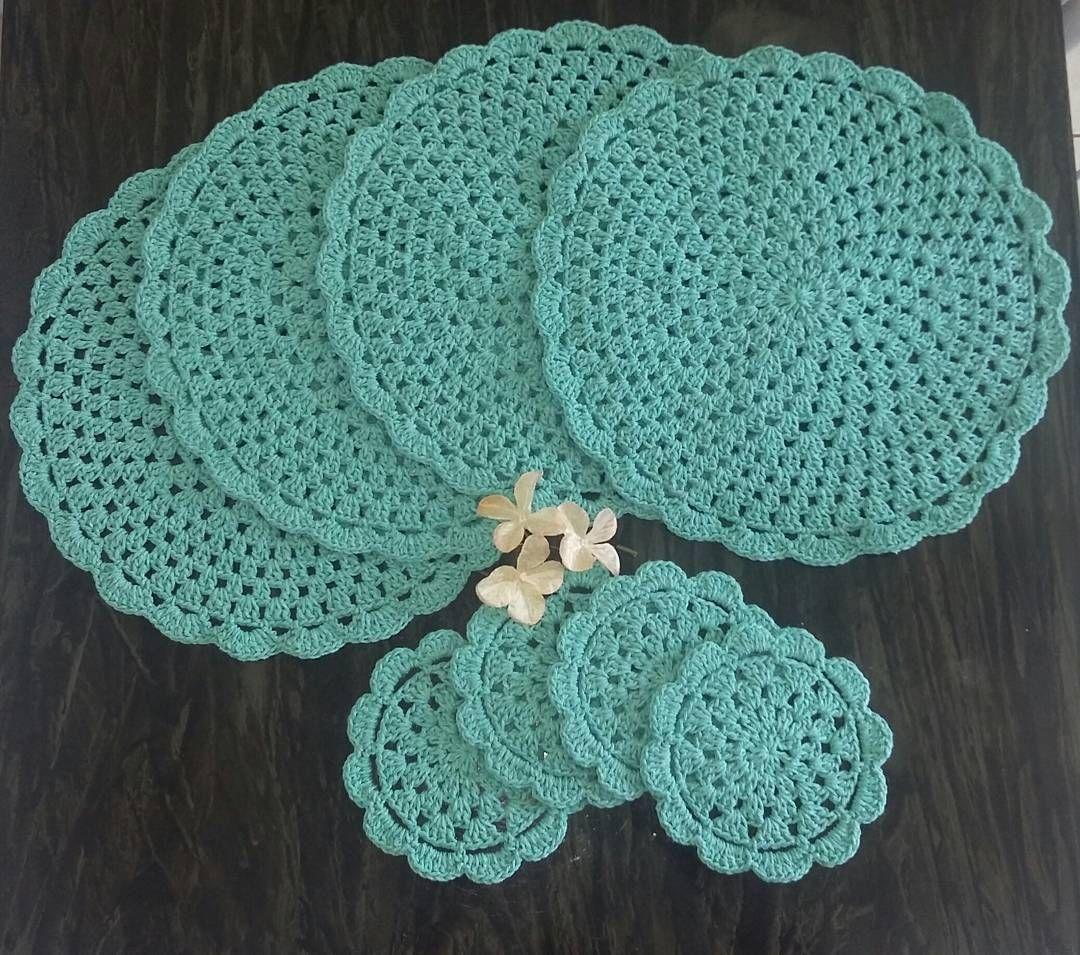 """""""Para quem gosta de receber com estilo. A Bia @eubemqueteavisei Terá uma mesa super charmosa.  #sousplat #sousplatdecroche #crochetlove #crocheteira…"""""""