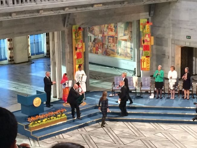 <P> Aquí se introduce el hombre del podio durante la ceremonia de la paz en Oslo City Hall el miércoles por la mañana.  Trató de levantarse en el escenario cuando Malala recibió su premio.  </ P> <p> </ p>