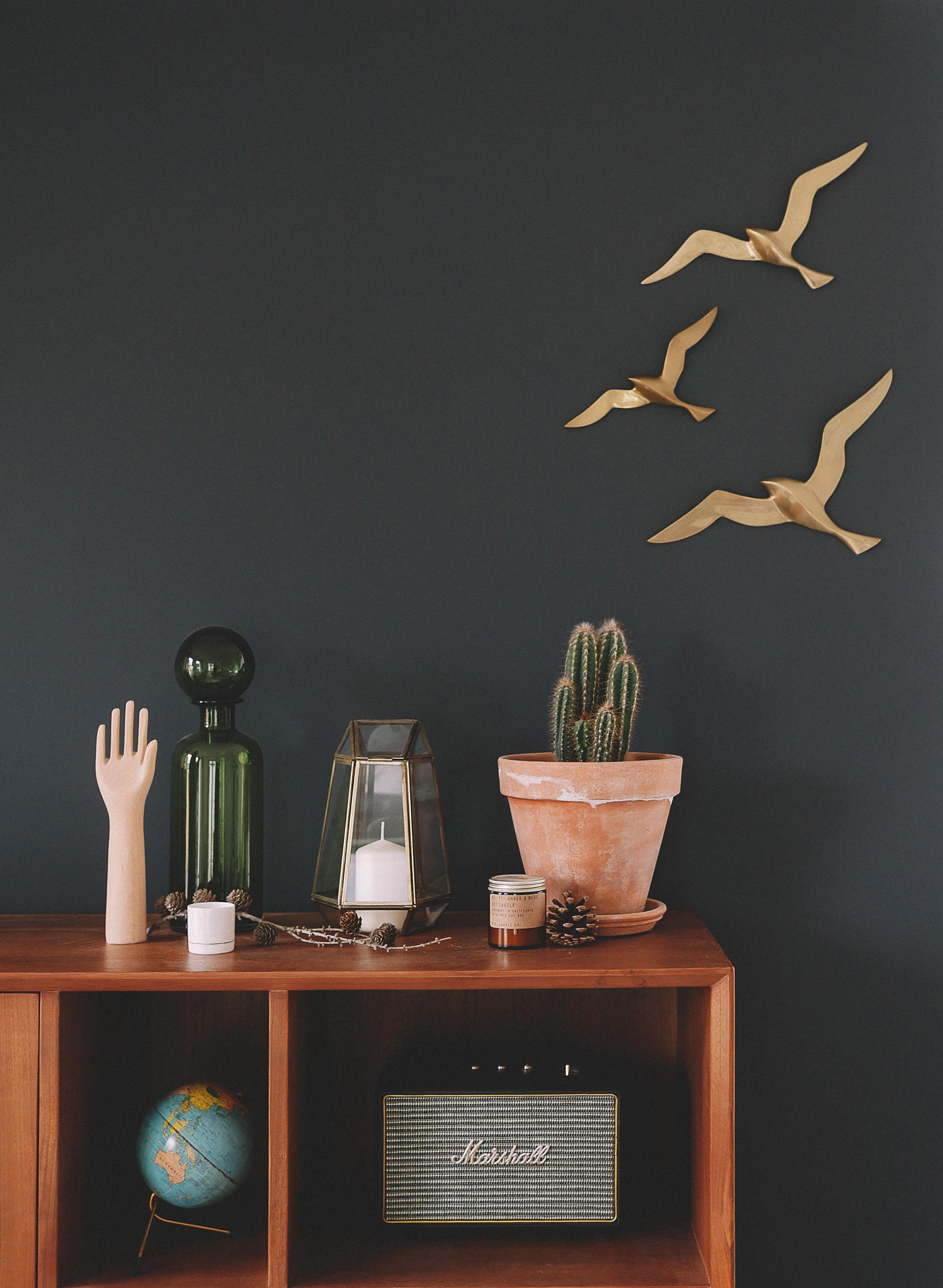 mur gris, mouettes en laiton et petite déco | interiors | exteriors ...