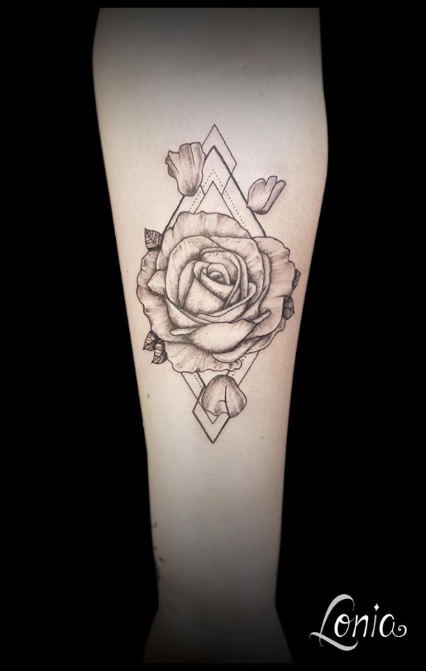 Tatouage Lonia Tattoo Troyes Bras Rose Petales Losange Lettres