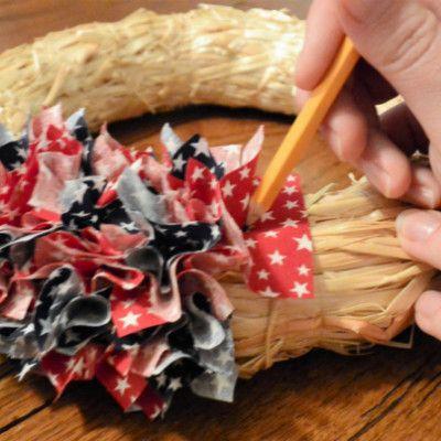Photo of Easy Patriotic Fabric Wreath Tutorial – Blütenblätter, Kuchen und sonstiges