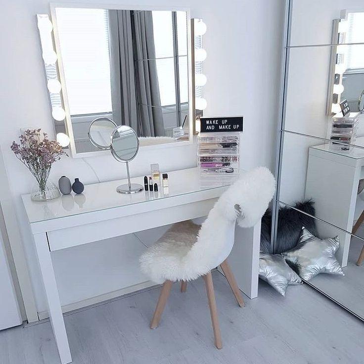 20 Beste Schonheitspflege Und Kosmetikkoffer Zu Handen Elegante Raume In 2020 Stylish Bedroom Bedroom Vanity Makeup Room Decor