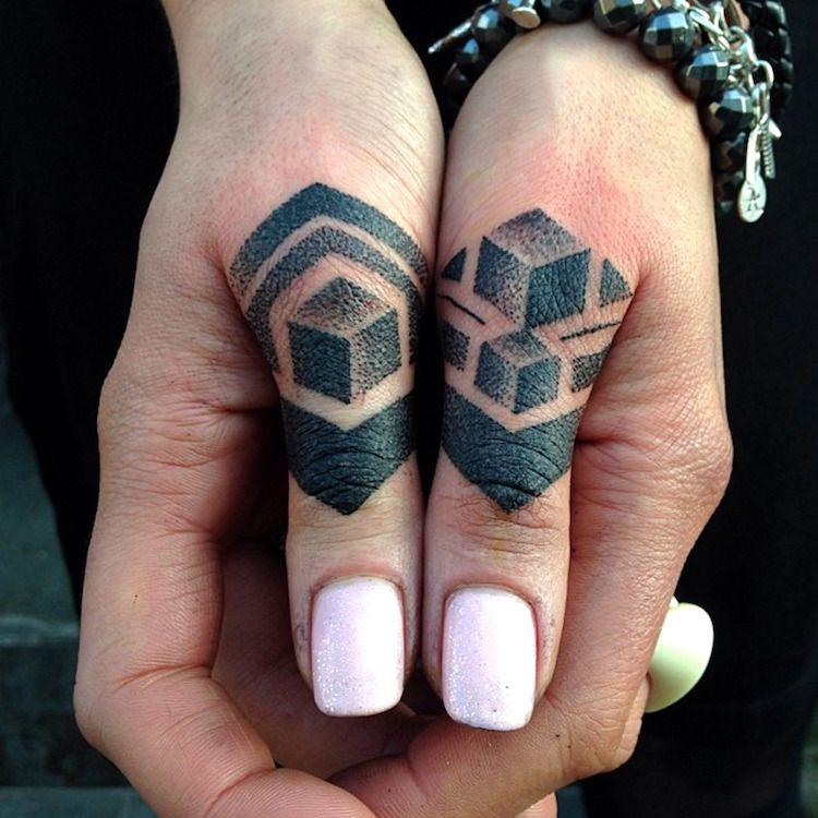 Tatouage doigt femme et homme petites id es grand symbolisme tatouage doigt tatouages - Tatouage doigt signification ...