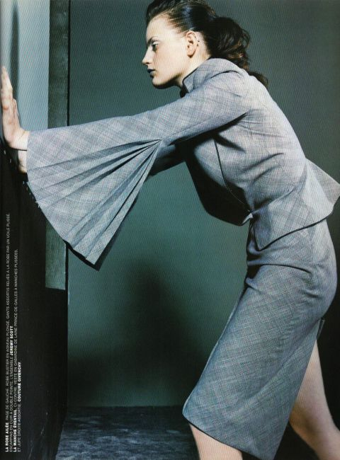 Jacket with pleated sleeves in Prince of Wales wool gabardine and matching straight skirt, Givenchy Couture. Vogue Paris, Février 1998. Photo: Steven Klein. Stylist: Debra Scherer.