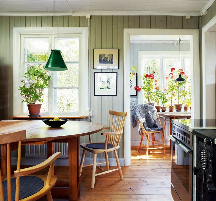 Tro det eller ej, men när vi köpte huset var alla de vackra sontade väggarna heltäckta av masonitskivor. Minutiöst fastspikade med, ja, jag överdriver inte, tusentals spikar. Så här i efterhand när väl spikarna är utdragna, träet har slipats och målats i tre tunna lager med linoljefärg, känns det mer än mödan värd. Väggarna i pärlgrått och taket i vitt, färg från Kulturhantverkarna. Taklampa PS2 från Zero, karmstolarna Lilla Åland är ritade av Carl Malmsten, tillveras av Stolab, och…