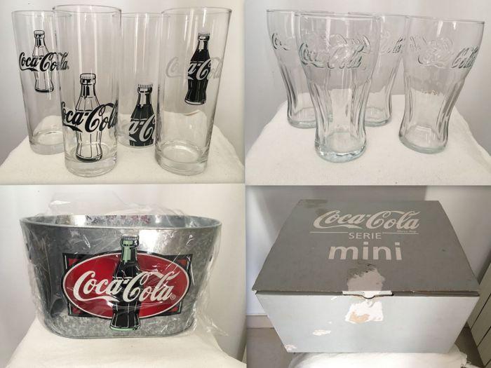 Coca-Cola collectie - Ice Bucket - 4 brillen met Relief - 4 Branded bril - 1 kartonnen doos  Coca-Cola collectie - Ice Bucket - 4 brillen met Relief - 4 Branded bril - 1 kartonnen doosafmetingen:1 kartonnen doos - 35 x 33 x 19 cm1 ijsemmer - 31 x 20 x 184 glazen met vrijstelling - 16 cm hoog4 Branded bril - 18 cm hoogVerzend met zorg- en geregistreerde  EUR 1.00  Meer informatie