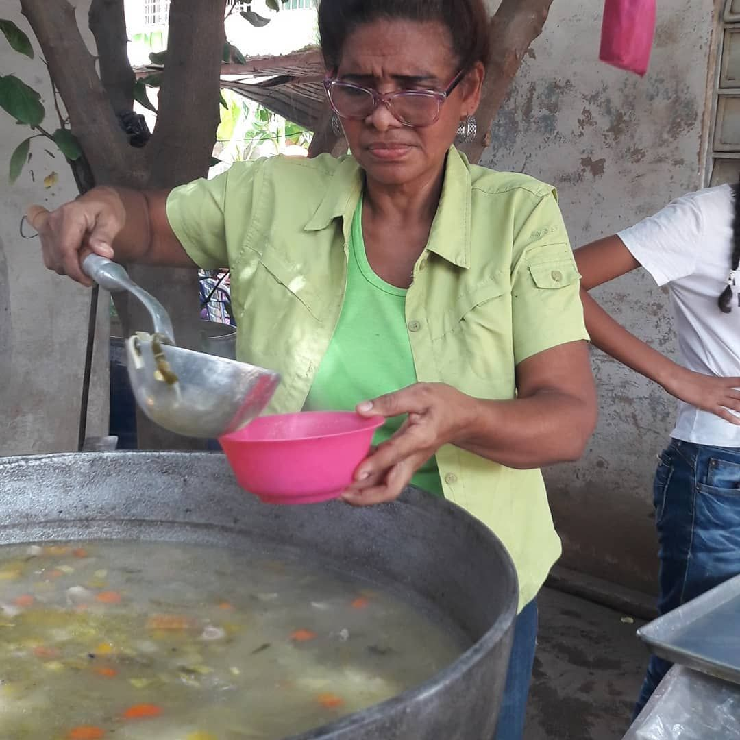En Ríos de Amor nos gusta predicar con amor y servicio. Hoy compartimos  200 platos de sopa entre niños y adultos de la comunidad Luis Aparicio y nuestra congregación. Dios es bueno!  Estamos Ready pa' la calle! . . #Riosdeamor #readypalacalle #OperacionRescateDeAlmas #Dios #Cristo #Jesus #Amor #Diosteama #maracaibo #venezuela