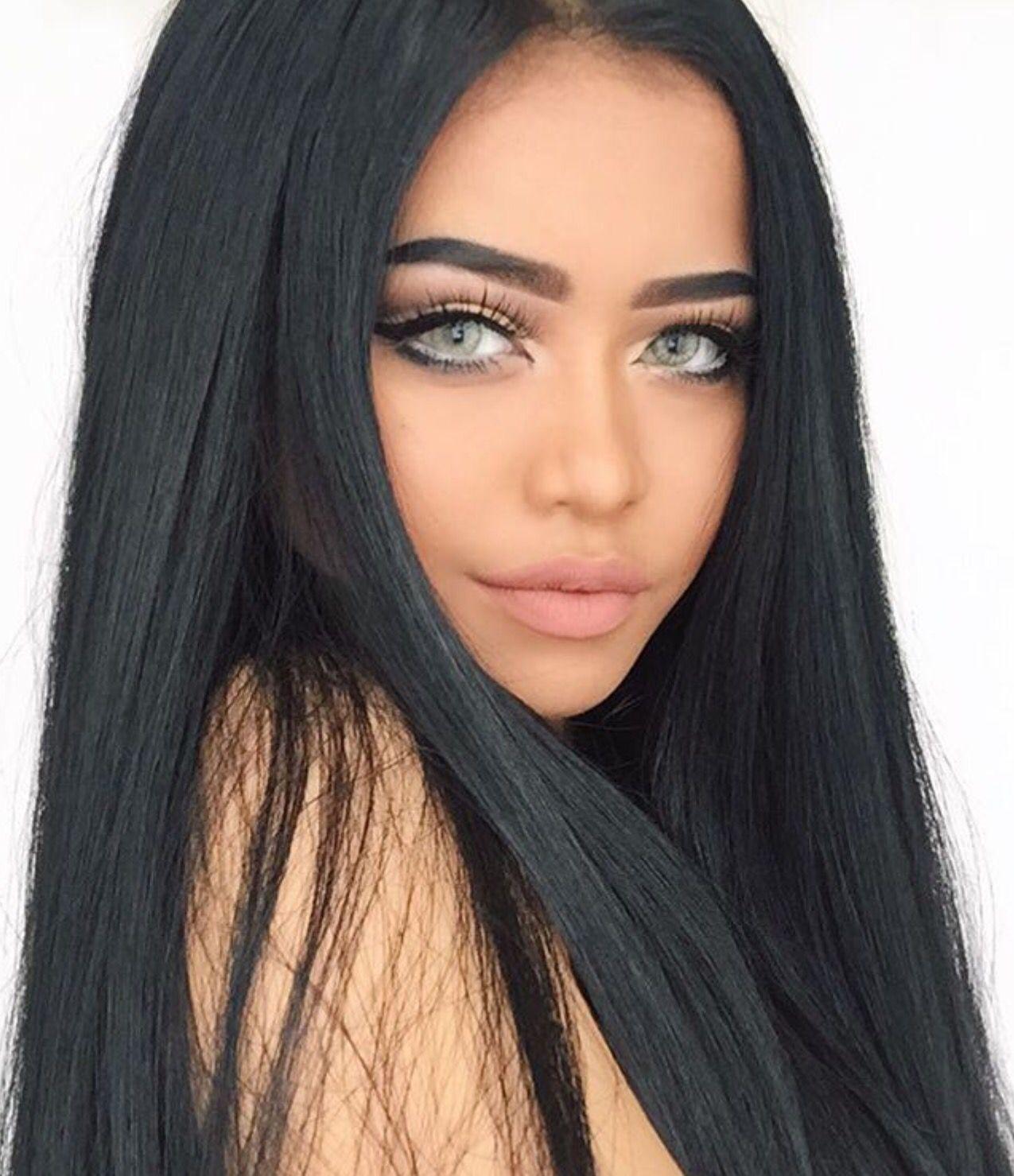 Blaue augen schwarzes haar