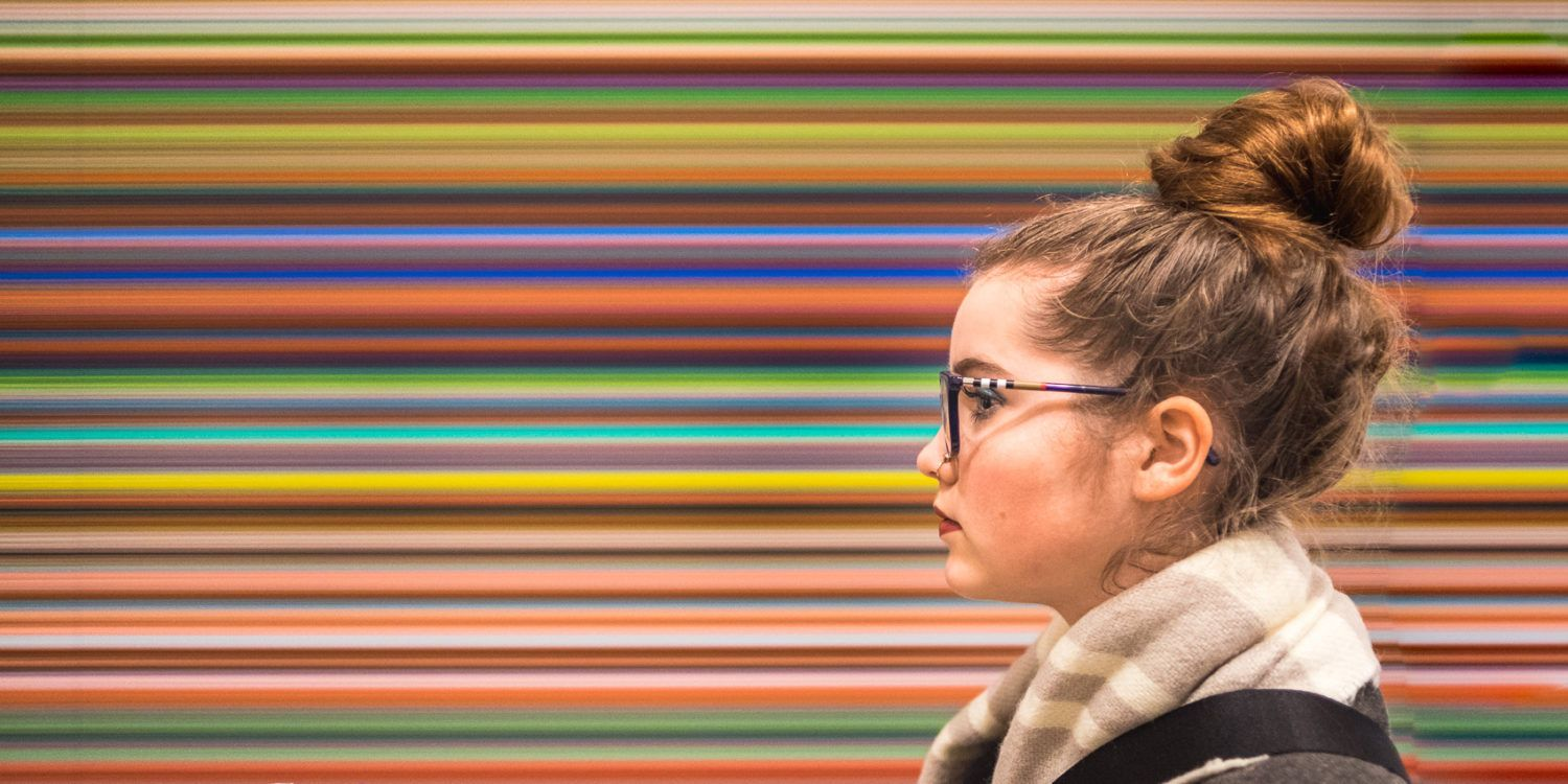 """Portrait of me in the Tate Modern, London. The """"background"""" is a painting by abstract artist Gerhard Richter // Portrait von mir in der Tate Modern, London. Der """"Hintergrund"""" ist ein Bild von Gerhard Richter."""