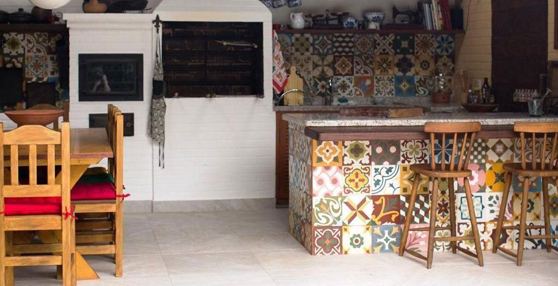 A área da churrasqueira ganhou cor com o revestimento colorido. Projeto da arquiteta Lúcia Vale.