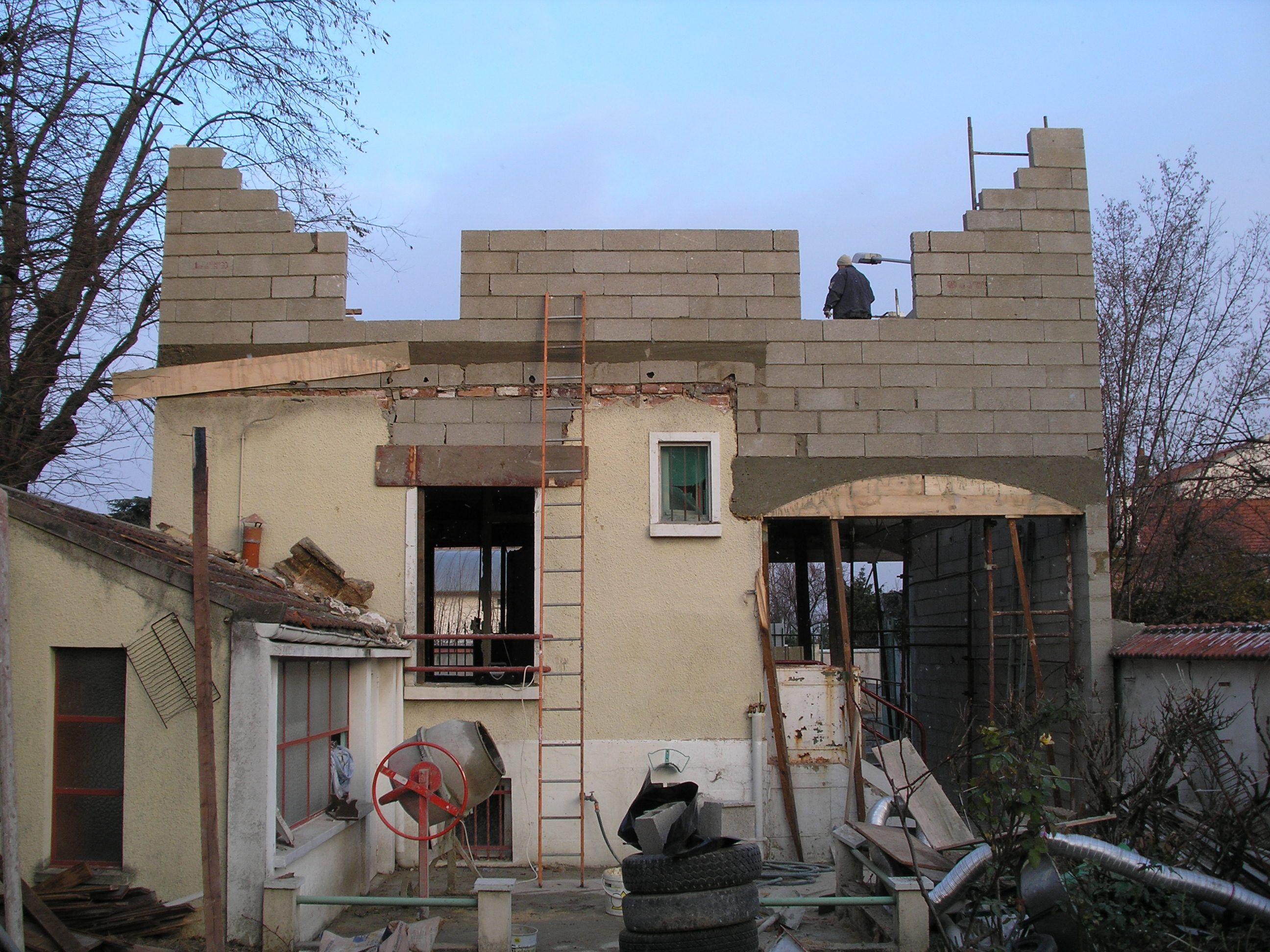 photo prise de la façade arrière de la maison pendant les travaux d ...