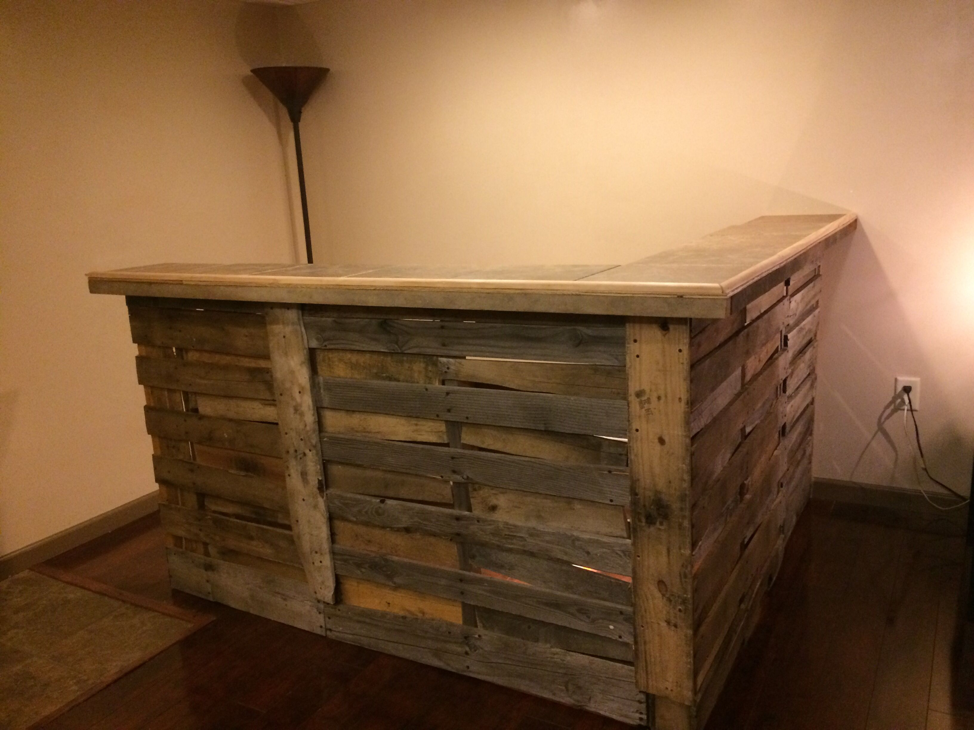 Pallet bar that my fianc nuilt in the basement for Muebles pales