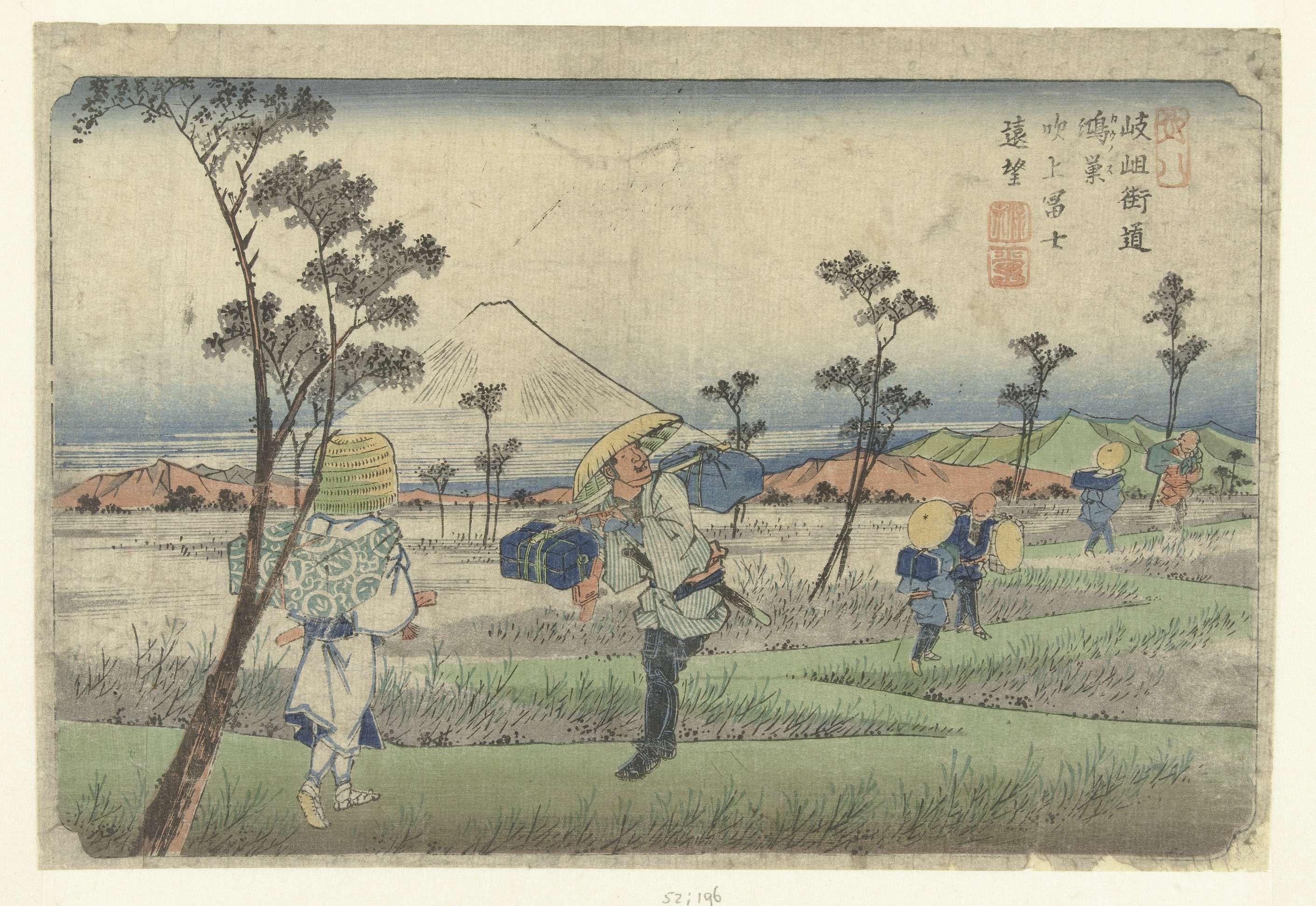 Keisai Eisen | Vergezicht op de fonteinvormige berg Fuji gezien vanaf Konosu., Keisai Eisen, Takenouchi Magohachi (Hoeido), 1838 - 1842 | Reizigers op een zigzaggende weg over een vlakte met de besneeuwde berg Fuji op de achtergrond.