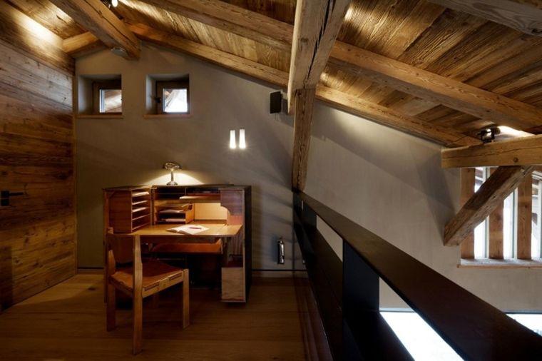 Mansarda con illuminazione scarsa e travi in legno a vista attic