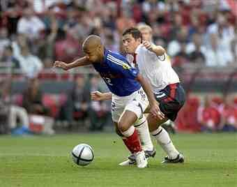 France 2 England 1 in 2004 in Lisvon. Thierry Henry tries to lose Frank Lampard in Group B at Euro 2004.