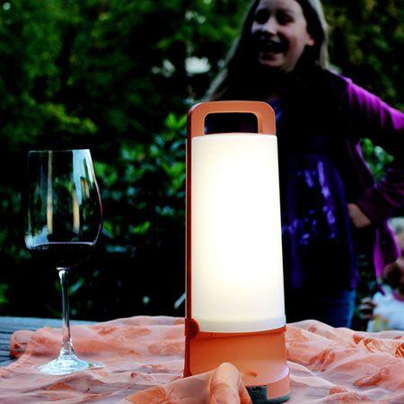 Lámpara solar portátil con led 1.2W y acabado Gris. Consiste en una lámpara solar con un diseño muy innovador y muy práctica. Es portatil por lo que podras llevarla contigo a cualquier lugar.