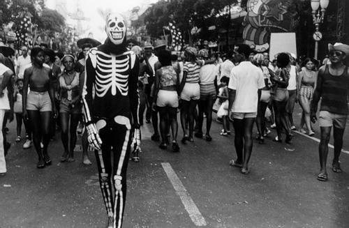 Foto de Bina Fonyat, desfile de blocos Av. Rio Branco anos 70.