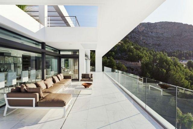 balkon überdacht lounge sofa glas geländer rahmenlos Traumhaus - garten lounge uberdacht