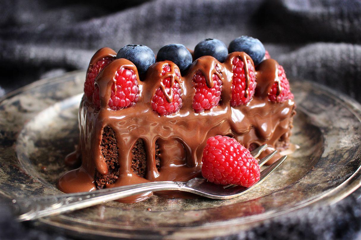 Suklaakakku valuvalla raakasuklaakuorrutteella juhliin tai herkkuhetkiin.