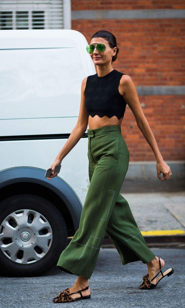 it girl - top-preto-oculos-verde-calca-verde - óculos colorido - meia  estação - street style   Amamos quando o acessório entra para compor c… f03e074f16
