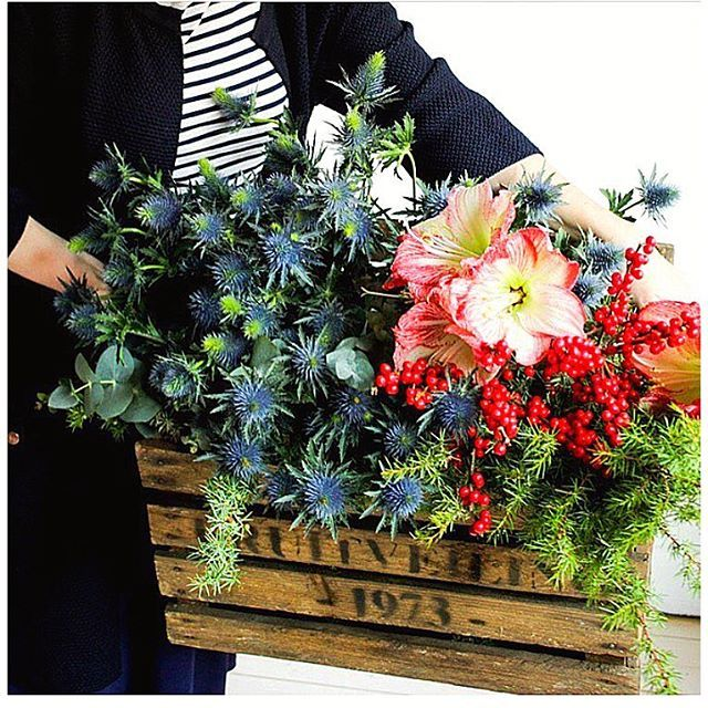 MARKETDAY  Heute ist wieder Grossneumarkt-Tag für uns und wir wollen gleich die letzten Kleinigkeiten besorgen, um im Büro noch mehr Weihnachtsstimmung aufkommen zu lassen. Nüsse, Orangen, frische Blumen und Zweige. Heute Abend ist dann auch unsere kleine Weihnachtsfeier. Hohoho und happy Mittwoch  xx SC  via @lovelylife.se