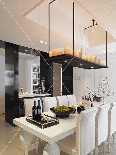 von decke abgeh ngte ablage mit kerzen ber postmodernen esstisch mit passenden st hlen. Black Bedroom Furniture Sets. Home Design Ideas