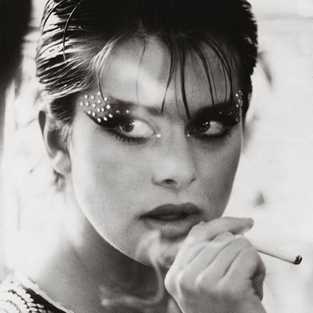 Nastassja Kinski røyker sigarett (eller hasj)