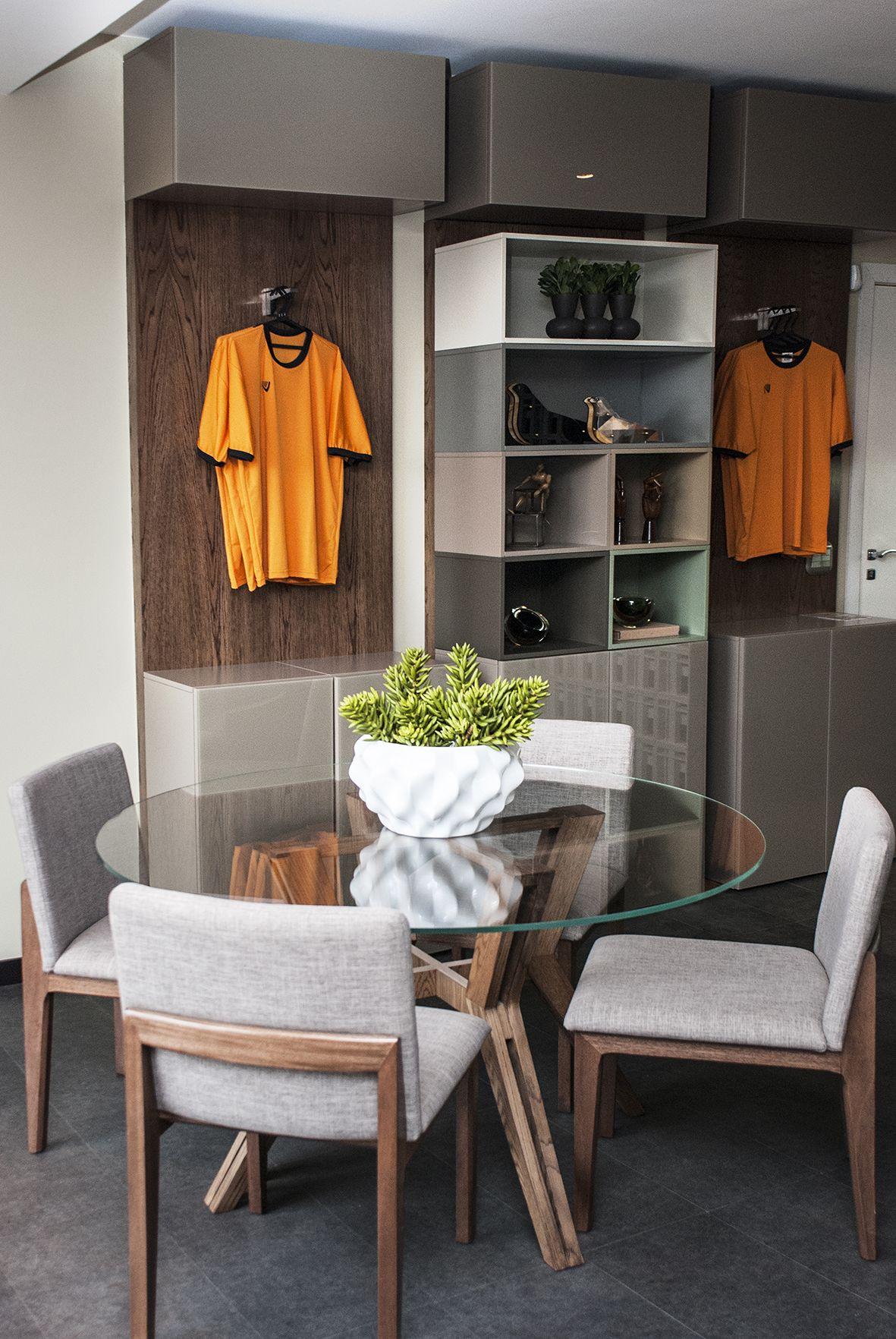 Sala de reuniões com expositor com diferentes tons de laca no ambiente de Sheila Mundim para a Casa Cor Minas | móveis: Prima Linea