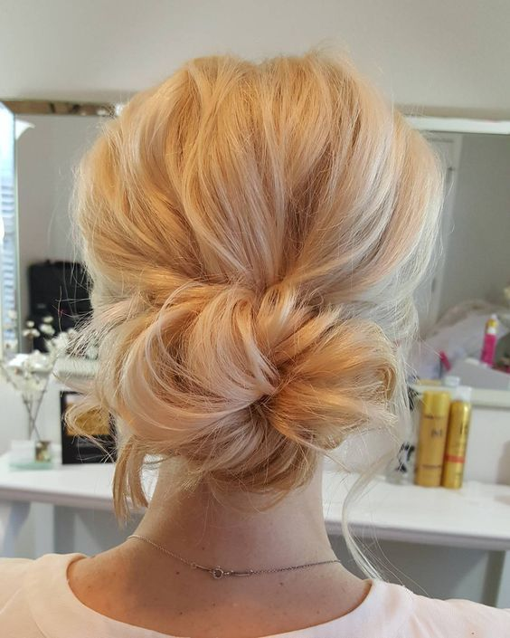 Simple wedding bun updo hairstyle - Chignon simple mariage ...