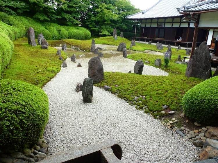 Wasser, Suseiki Steine, Kies, Rasen und Moos im japanischen Garten - garten mit grasern und kies