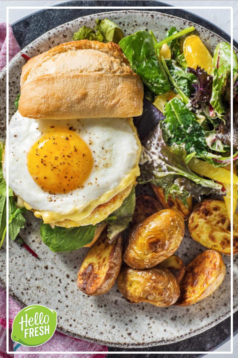 Burger végétarien, œuf au plat et sauce miel et moutarde Servi avec des pommes de terre rissolées et une salade verte