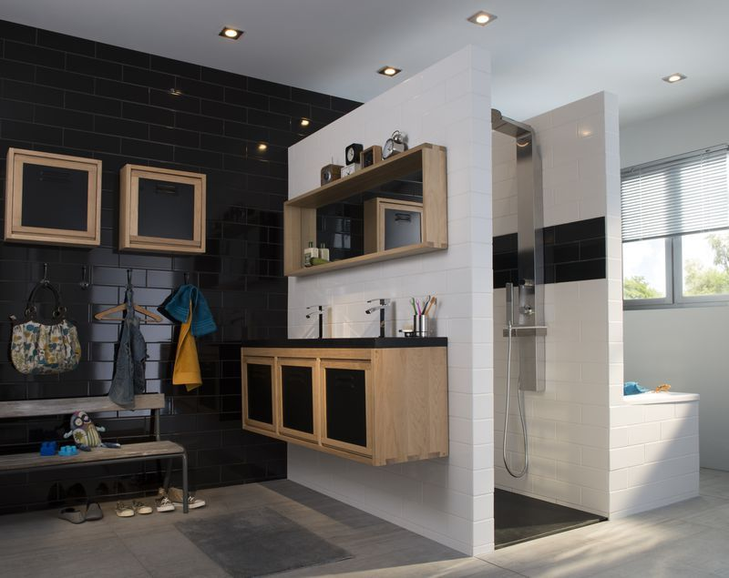 Salle de bain mur en faïence noir et meubles en bois beige ...